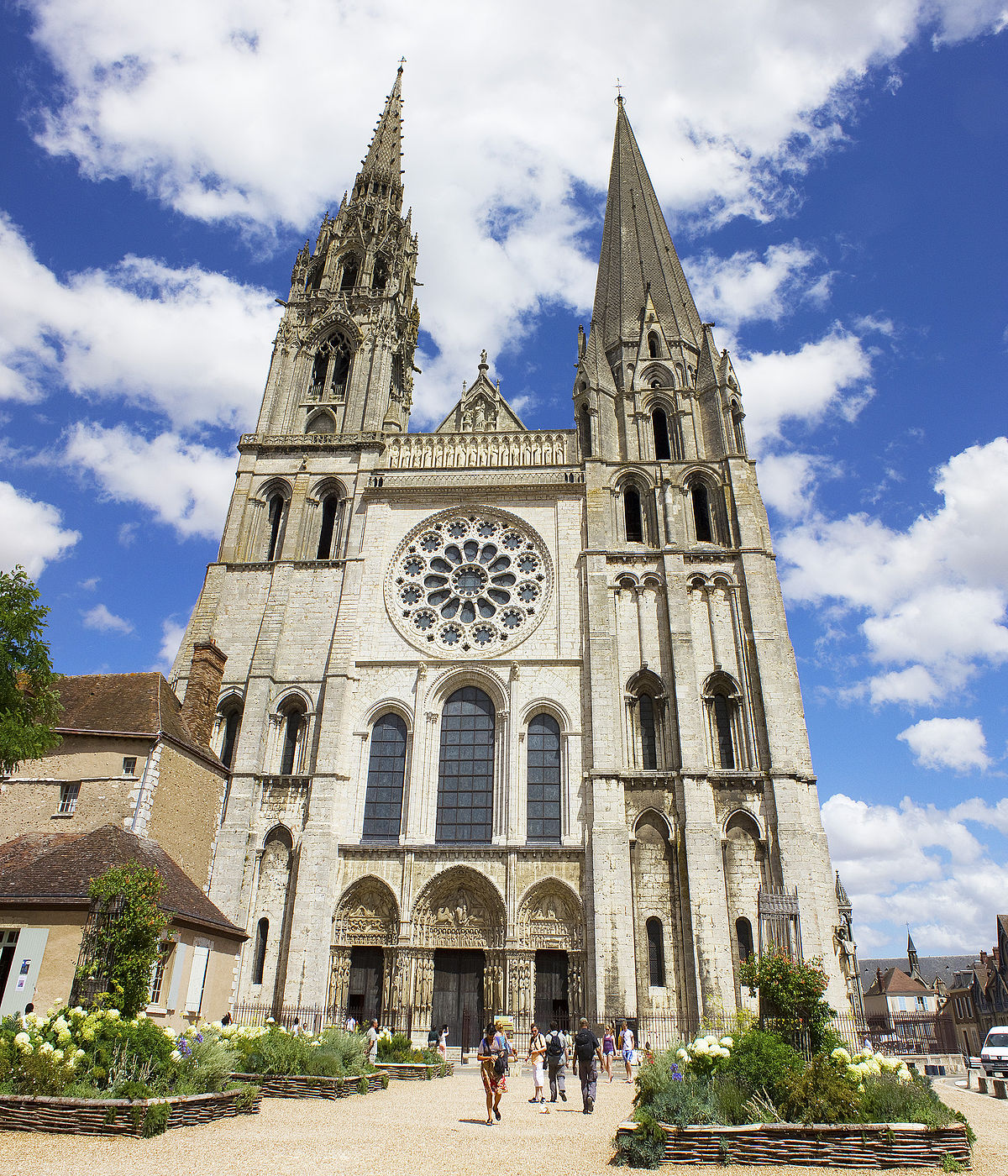 Chartres_cathedral_(West_façade)